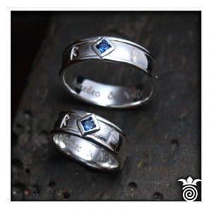 Alliances gravures runes argent et topaze bleue