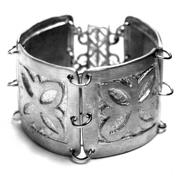 Bracelet manchette large articulé médiéval étain brossé