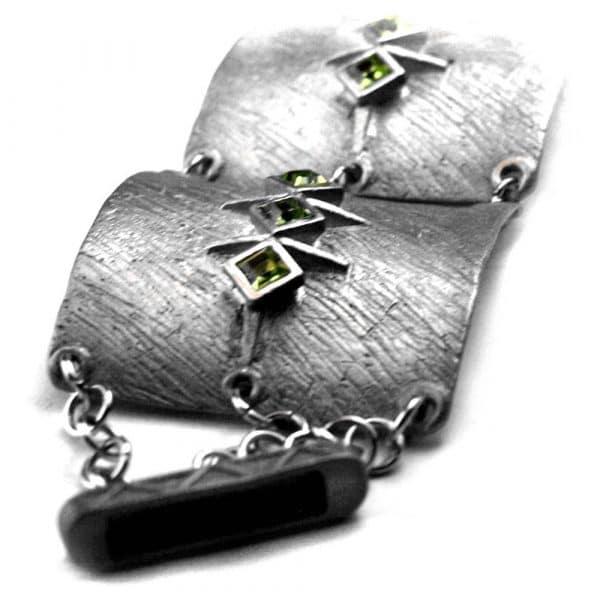 Bracelet manchette large étain brut et strass cristal de couleur verte