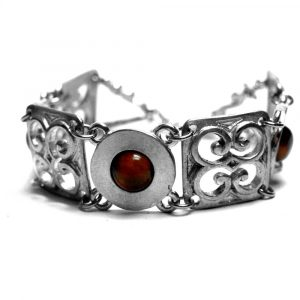Bracelet médiéval étain motifs ciselés ajourés pierres naturelles oeil de tigre