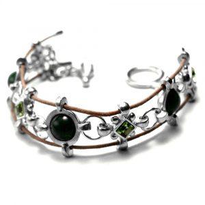 Bracelet style médiéval motifs croix étain pierres naturelles et strass agate verte