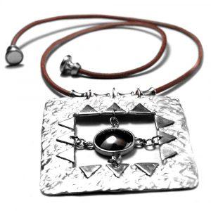 Collier gros motif étain texture et pendeloque pierre naturelle ronde hématite