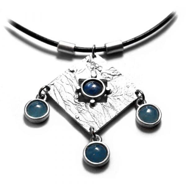 Collier motif central étain brut pendeloques pierres naturelles rondes agates bleues