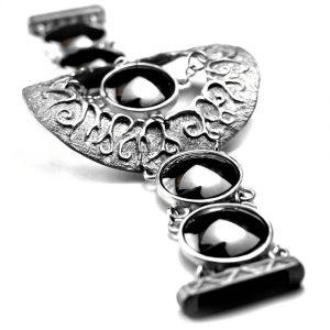 Gros bracelet motif central ciselure racines étain pierres naturelles hématites