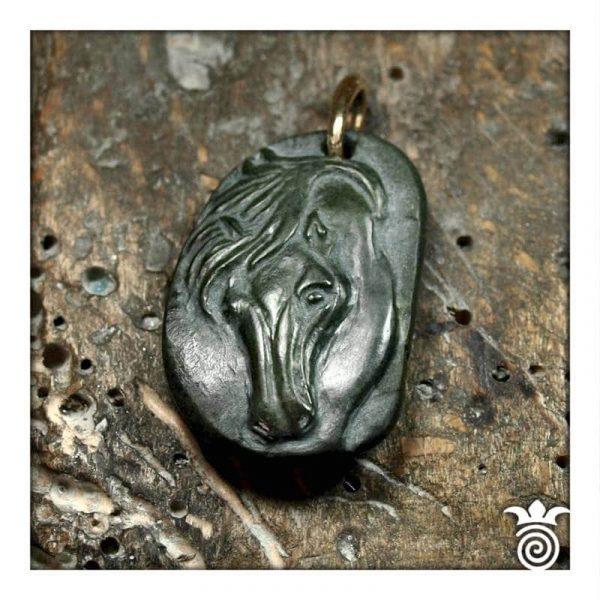 Pendentif cheval galet sculpté pièce unique